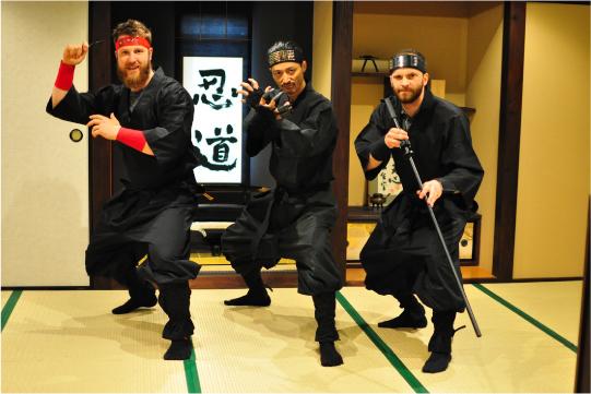 忍者修行を体験する外国人